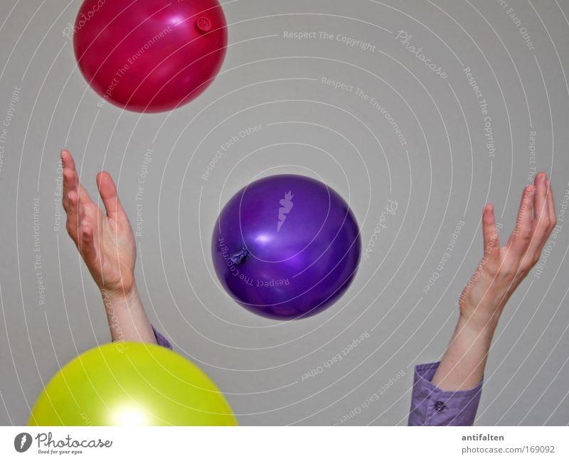 Ballonwerferin II Mensch Frau Jugendliche Hand Freude Erwachsene gelb Spielen Glück Party lustig Feste & Feiern Tanzen rosa Arme glänzend