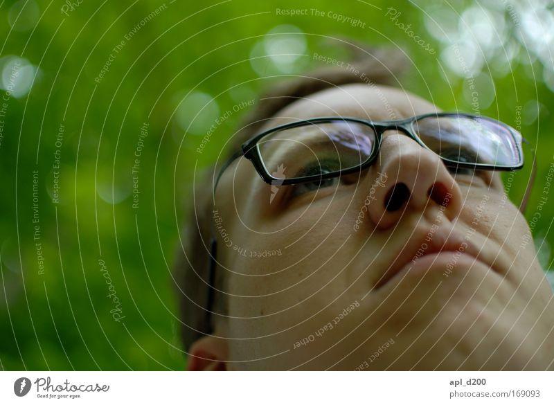 me/myself and i Farbfoto Außenaufnahme Nahaufnahme Tag Schatten Schwache Tiefenschärfe Froschperspektive Porträt Oberkörper Vorderansicht Blick nach vorn Mensch