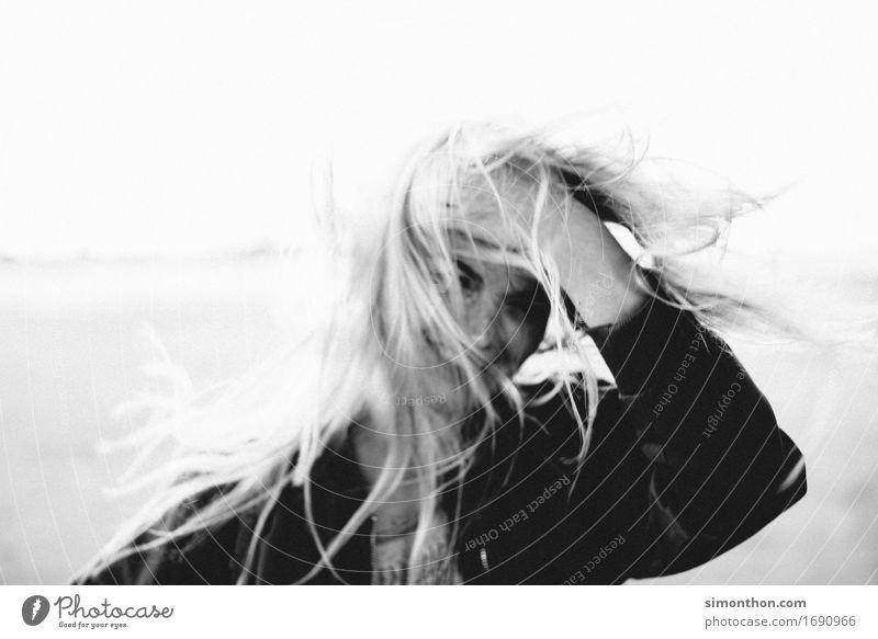 jung feminin 1 Mensch Haare & Frisuren blond langhaarig Abenteuer ästhetisch Zufriedenheit Bewegung chaotisch elegant Energie Erholung erleben