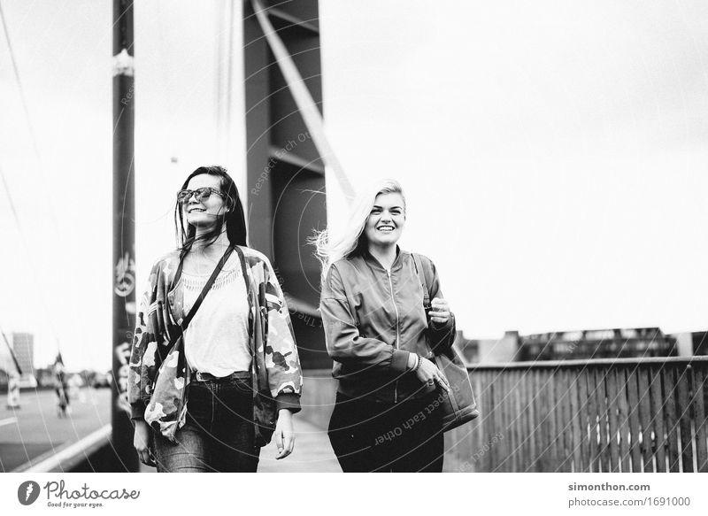 Freundinnen Lifestyle kaufen Stil Berufsausbildung Azubi Praktikum Student feminin Freundschaft Jugendliche Leben 2 Mensch Freude Glück Fröhlichkeit