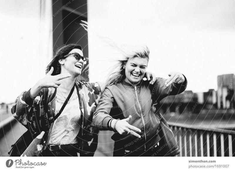 Freundinnen feminin Freundschaft Jugendliche Leben 2 Mensch Gefühle Stimmung Freude Glück Fröhlichkeit Lebensfreude Begeisterung Euphorie selbstbewußt Coolness