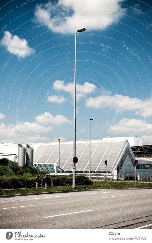 der einfachheit halber Farbfoto Außenaufnahme Haus Industrieanlage Fabrik Parkhaus Gebäude Architektur Verkehrswege Straße elegant modern trist Laterne Wolken