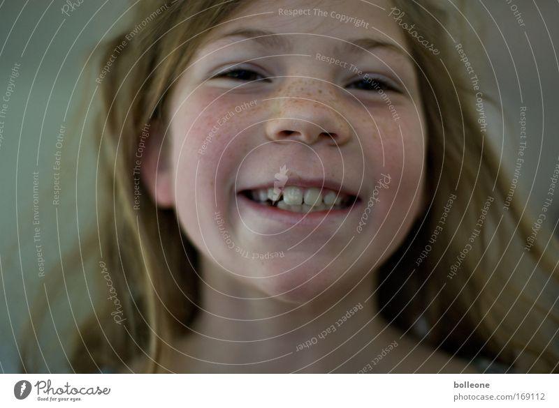 Da sprosst der Sommer... Farbfoto Nahaufnahme Tag Porträt Blick in die Kamera Mensch feminin Kind Mädchen Gesicht Auge Mund Lippen Zähne 1 Lächeln lachen
