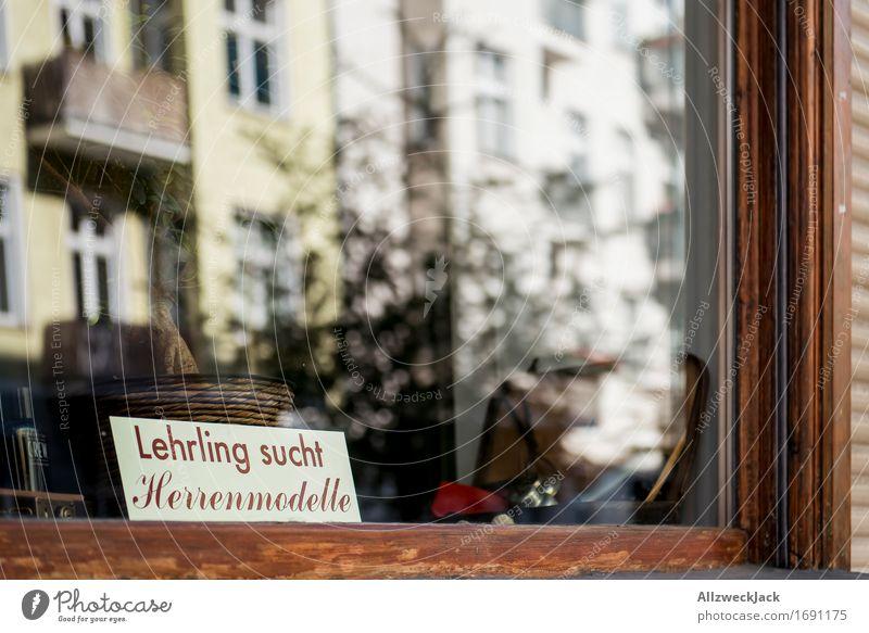 Herrenmodelle gesucht I Stadt Altstadt Fußgängerzone Fassade Schaufenster retro Friseursalon herrenmodelle Model Berufsausbildung Suche Auftrag Farbfoto
