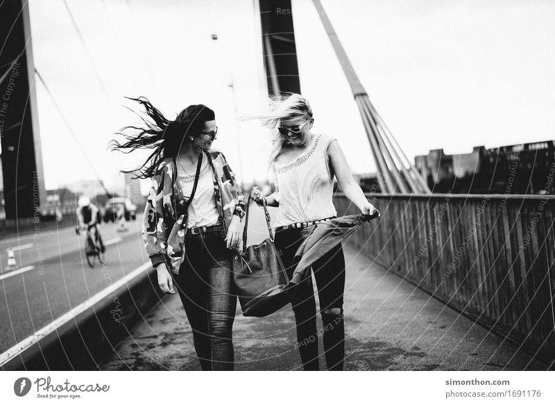 Freundin Mensch Ferien & Urlaub & Reisen Jugendliche Erholung Freude Leben sprechen Bewegung feminin Lifestyle Stil lachen Glück Freiheit gehen Freundschaft