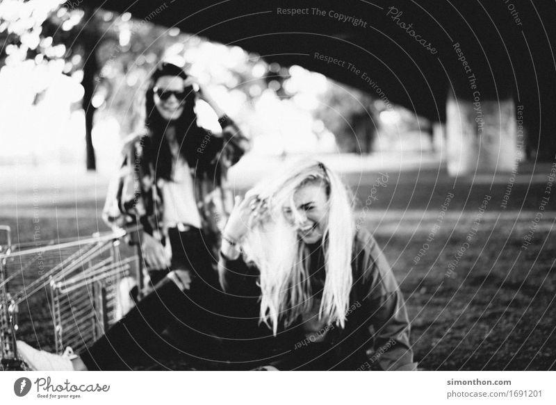 Spaß feminin Freundschaft Jugendliche Erwachsene Leben 2 Mensch Abenteuer Zufriedenheit Bewegung Partnerschaft Energie Erholung erleben Ferien & Urlaub & Reisen