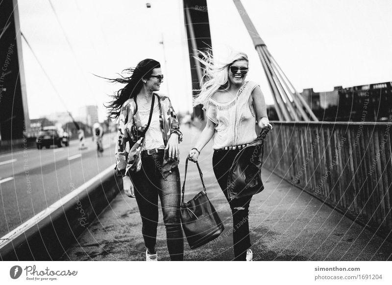 Friends Lifestyle kaufen Stil Freude Glück Student feminin 2 Mensch Stadt Hauptstadt Stadtzentrum Straße Brücke Fröhlichkeit Zufriedenheit Lebensfreude