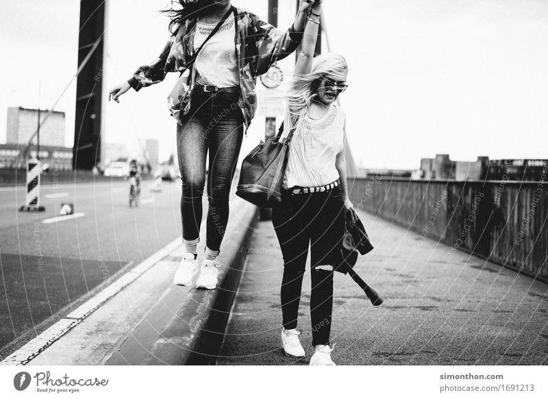Grenzenlos Lifestyle kaufen Reichtum Stil Freude Glück feminin Freundschaft Jugendliche Leben 2 Mensch Bewegung Feste & Feiern festhalten genießen Liebe