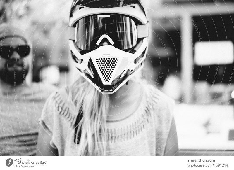 Safety first Motorsport feminin 1 Mensch Motorrad Kleinmotorrad Schutzbekleidung Helm Abenteuer bizarr bedrohlich Kontrolle Leidenschaft Mobilität Mut