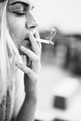 Smoke Mensch alt Erholung feminin Tod Feste & Feiern träumen elegant blond genießen lernen Coolness festhalten Rauchen trendy Duft