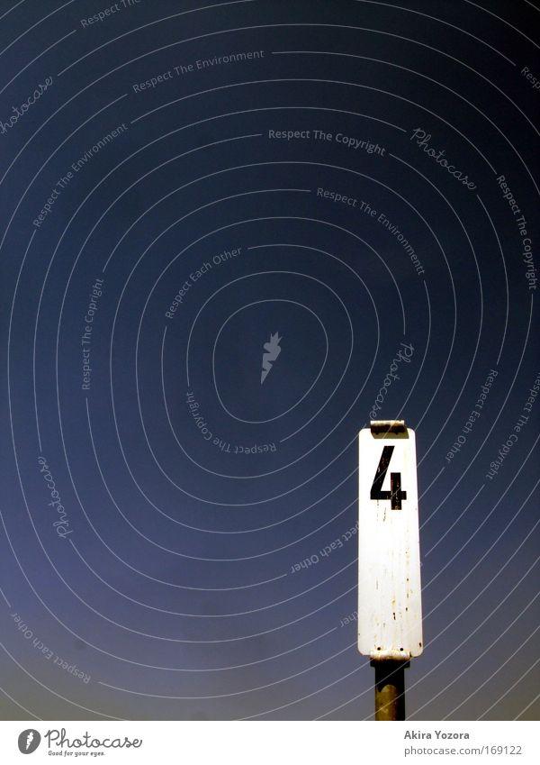 Vier gewinnt! weiß blau schwarz Schilder & Markierungen frei Ziffern & Zahlen Zeichen Flussufer Wolkenloser Himmel