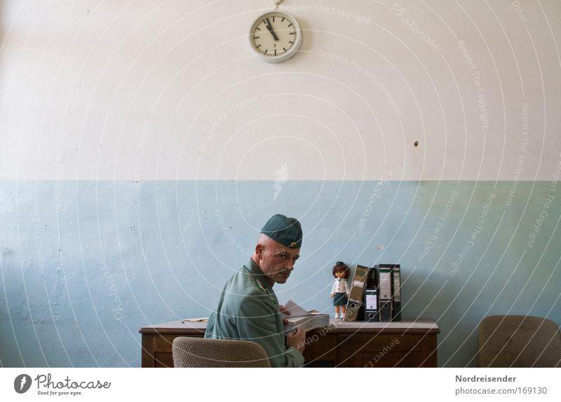 Mann in Uniform am Schreibtisch schaut über seine Schulter Büroarbeit Karriere Uhr Mensch Erwachsene Mütze Aktenordner Puppe Zeichen Arbeit & Erwerbstätigkeit