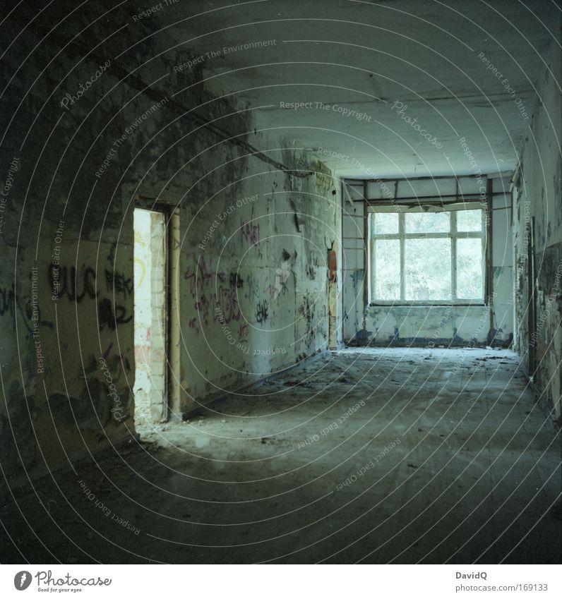verlassen ruhig Haus Wand Fenster Mauer Gebäude Tür kaputt Vergänglichkeit Verfall Vergangenheit Bauwerk Ruine Licht