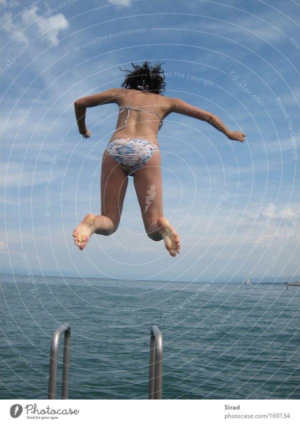 zwischen Himmel und Wasser Mensch Kind Jugendliche weiß blau Sommer Freude Wolken Leben feminin springen Haare & Frisuren Fuß See