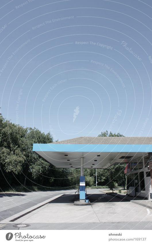 Tanke Farbfoto Textfreiraum oben Tag Sonnenlicht Menschenleer Tankstelle Verkehr Straßenverkehr Autofahren Verkehrsstau Autobahn Lastwagen Reisebus Tourismus