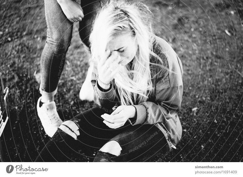 Am Boden Lifestyle feminin Freundschaft Jugendliche 1 Mensch Mitgefühl Opferbereitschaft Menschlichkeit Solidarität Hilfsbereitschaft trösten Traurigkeit Sorge