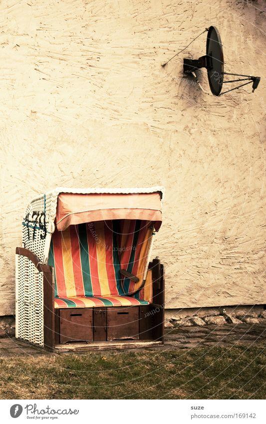 Ostsee-Welle Ferien & Urlaub & Reisen Haus Umwelt Garten Wiese Mauer Wand Satellitenantenne Strandkorb Einsamkeit retro Farbfoto mehrfarbig Außenaufnahme
