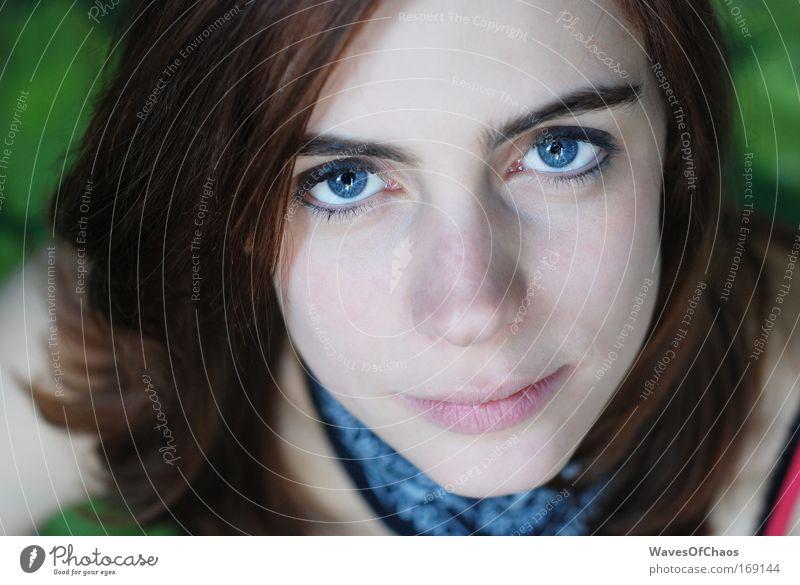Falling upon deaf ears. Mensch Jugendliche ruhig Erwachsene Gesicht Auge Erholung Leben Porträt Frau Gefühle Kopf Haare & Frisuren Denken Mund