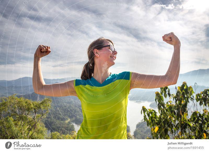 geschafft Junge Frau Jugendliche 1 Mensch 18-30 Jahre Erwachsene Coolness Stimmung Abenteuer Erfolg Ferien & Urlaub & Reisen wandern Marathon Erleichterung