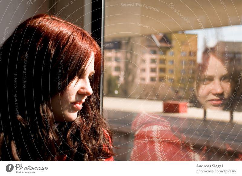 (Berlin) City - Am Fenster Mensch Eisenbahn Jugendliche Stadt rot Ferien & Urlaub & Reisen Haus Ferne feminin Gebäude Frau Erwachsene Verkehr Ausflug fahren