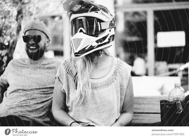 Schutz Mensch Jugendliche Freude Erwachsene Leben Lifestyle Stil Glück außergewöhnlich Paar Freundschaft blond authentisch Perspektive Geschwindigkeit Idee