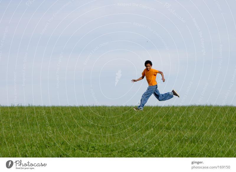 Achtung Kamera ! Bitte lächeln ! Mensch Kind Himmel Natur Jugendliche Landschaft Wiese Junge Gras Frühling Horizont Gesundheit Kindheit Freizeit & Hobby laufen