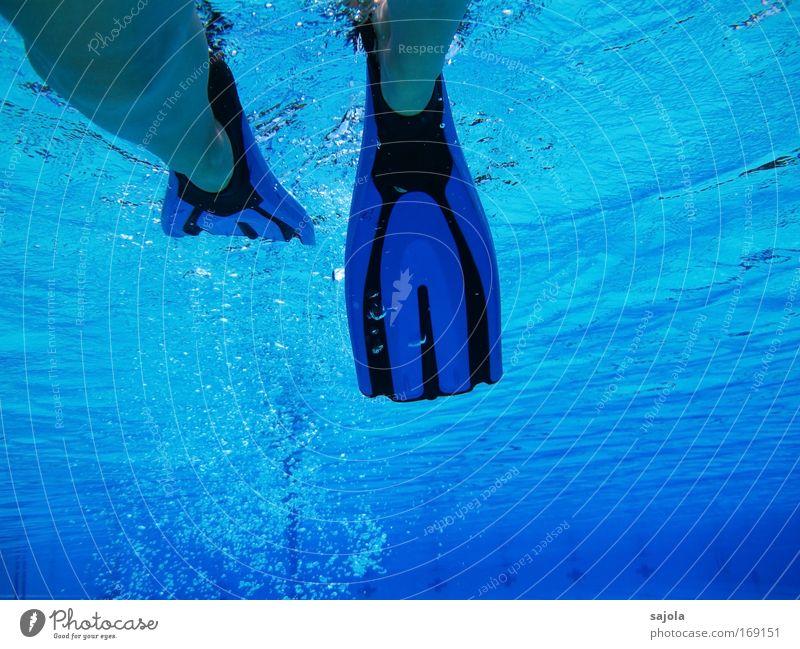 mit flossen im pool Mensch blau Wasser Sommer Freude schwarz Sport Bewegung Beine Fuß Schwimmen & Baden Urelemente Schwimmbad Mobilität Erfrischung Luftblase