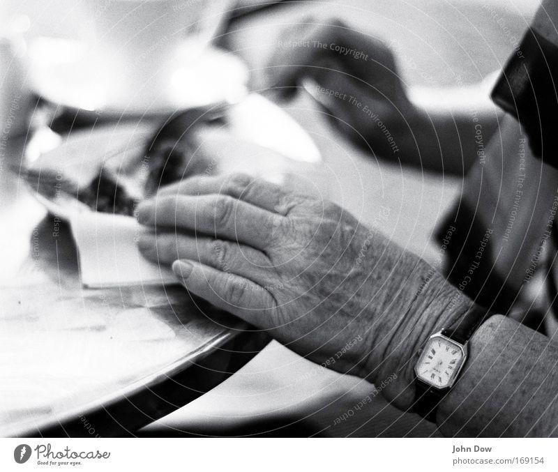 Dorset Apple Cake Schwarzweißfoto Textfreiraum oben Unschärfe Kuchen Essen Kaffeetrinken Geschirr Teller Tasse Besteck Gabel Kuchengabel Uhr Armbanduhr