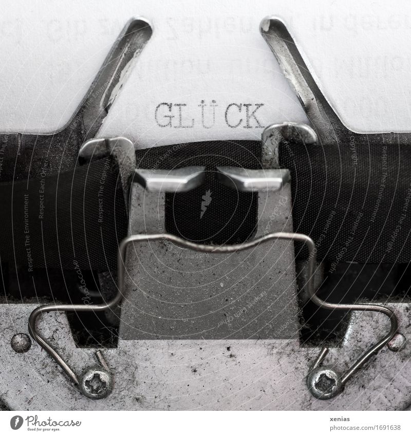 Glück weiß schwarz Schriftzeichen Buch Papier Zeitung silber Zeitschrift Büroarbeit Tinte Schreibmaschine