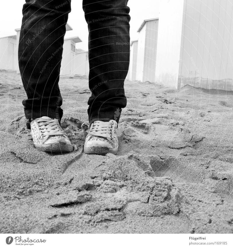 Verlaufen Mensch Ferien & Urlaub & Reisen Meer Einsamkeit Strand Wand Mauer Sand Denken Beine Fuß Schuhe leer stehen Jeanshose Turnschuh