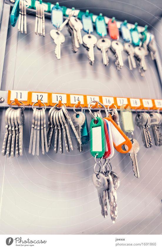 Hausmeister Schlüsselkasten mehrfarbig Ordnung Schlüsselanhänger Ziffern & Zahlen Farbfoto Innenaufnahme Menschenleer Schwache Tiefenschärfe