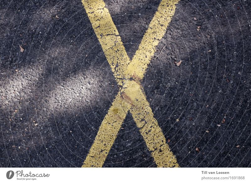 x marks the spot Straßenverkehr Verkehrszeichen Verkehrsschild Stein Zeichen Schilder & Markierungen Streifen gelb grau schwarz Design Kreuz Asphalt Kontrast