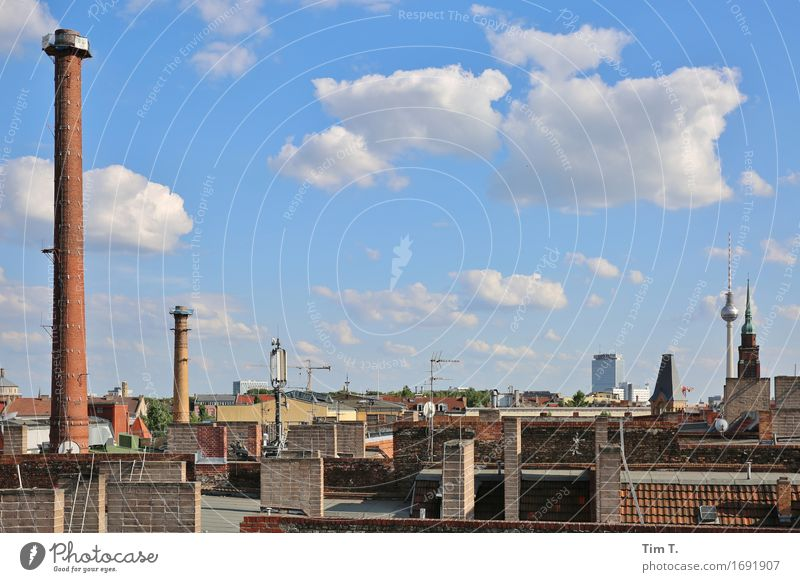 Himmel über Berlin Prenzlauer Berg Fernsehturm Stadt Hauptstadt Stadtzentrum Altstadt Skyline Dach Schornstein Antenne Einsamkeit Wolken Farbfoto Außenaufnahme
