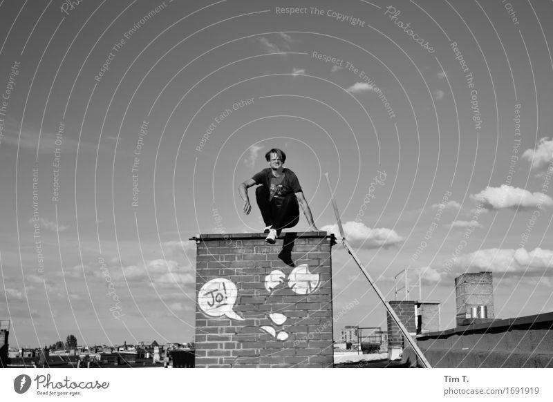 Jo Mensch maskulin Mann Erwachsene 1 45-60 Jahre Berlin Stadt Hauptstadt Stadtzentrum Altstadt Dach Schornstein Identität Graffiti Wolken Himmel Schwarzweißfoto