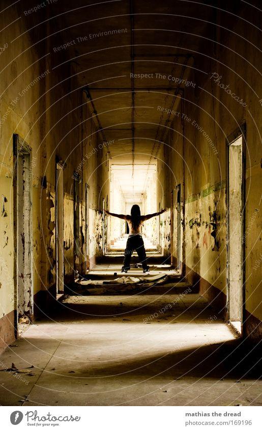 LICHT AM ENDE DES GANGES Mensch Erwachsene Wand Architektur Wege & Pfade Stein Gebäude Mauer Tür Rücken Arme Haut Beton maskulin stehen Ende