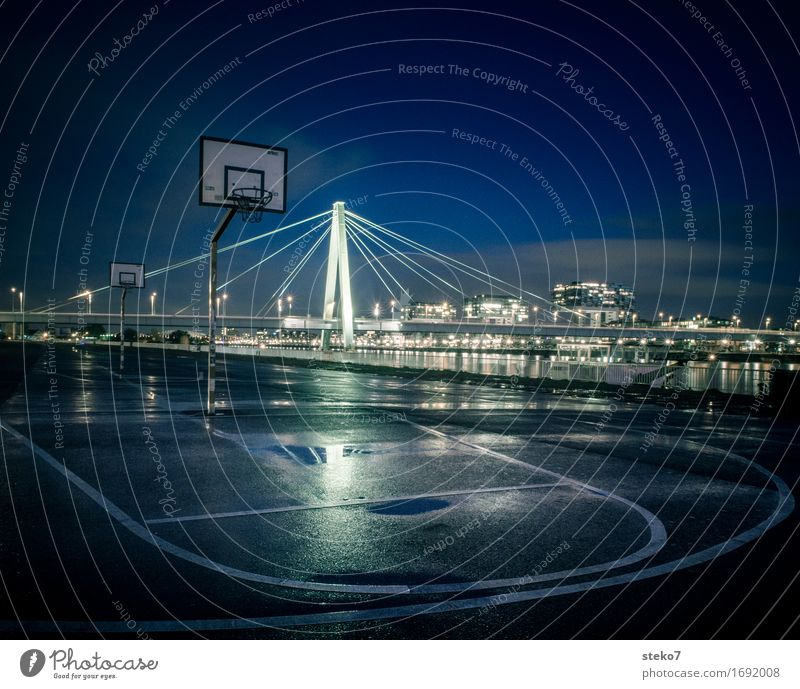 /|\ Basketball Sportstätten Basketballplatz Basketballkorb Köln Menschenleer Platz Brücke Architektur dunkel nass Stadt Einsamkeit Perspektive Symmetrie