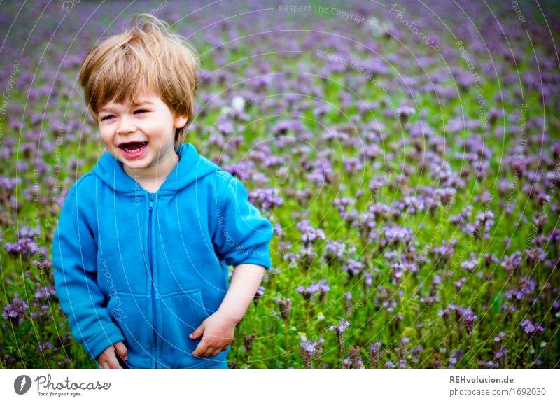 das is ja ne coole jacke ... Mensch Kind Natur Jugendliche blau grün Landschaft Freude 18-30 Jahre Erwachsene Umwelt Wiese lustig natürlich Junge lachen
