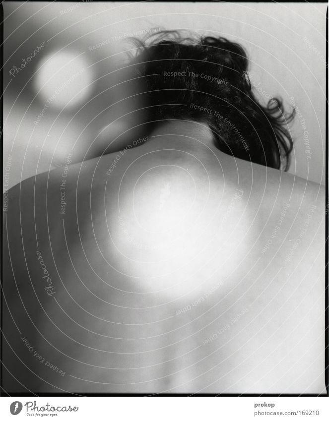 Sparkle, sweetheart! Schwarzweißfoto Innenaufnahme Textfreiraum unten Kunstlicht Reflexion & Spiegelung Lichterscheinung Zentralperspektive Rückansicht