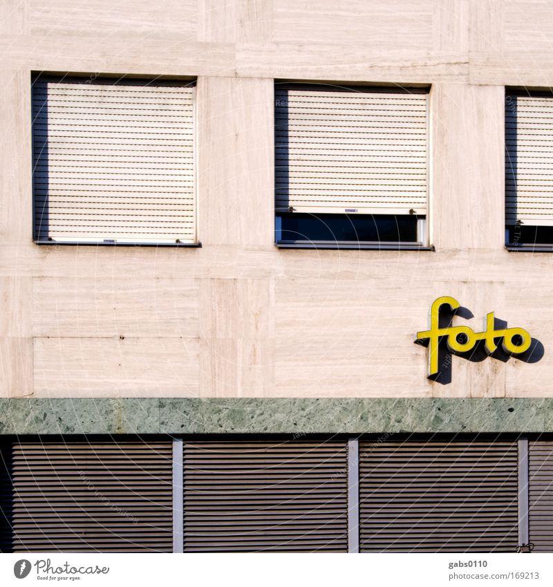 foto gelb Wand Fenster grau braun Fotografie Fassade geschlossen Freizeit & Hobby Leidenschaft Fotografieren Ladengeschäft privat Jalousie Fensterbrett