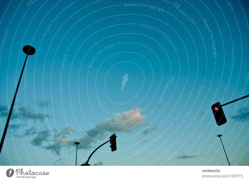 1 Meile von Berlin Himmel Wolken Laterne Beleuchtung Straßenbeleuchtung Ampel Verkehr Verkehrsregel Regel Verkehrszeichen Abend Dämmerung Froschperspektive
