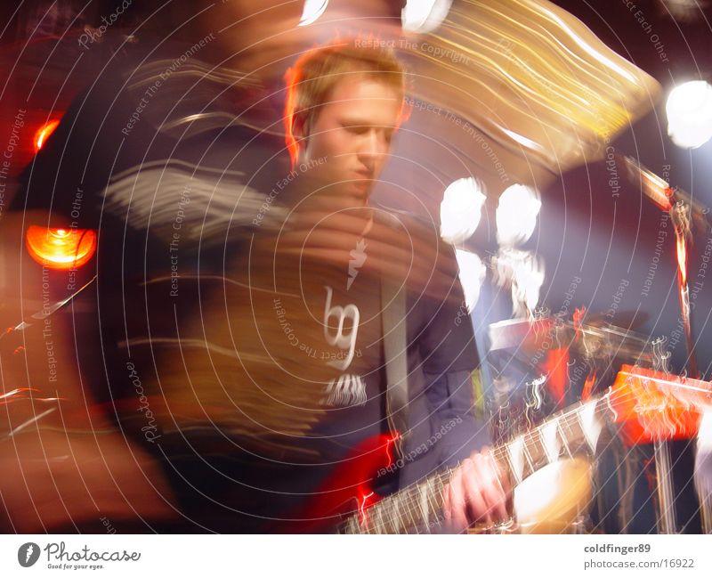 The Guitar Player Show Bühne Schauplatz Intuition Lautstärke verrückt Spielen Licht Aktion laut verwaschen Schlagzeug Finger alternativ Punkrock Tom Tom