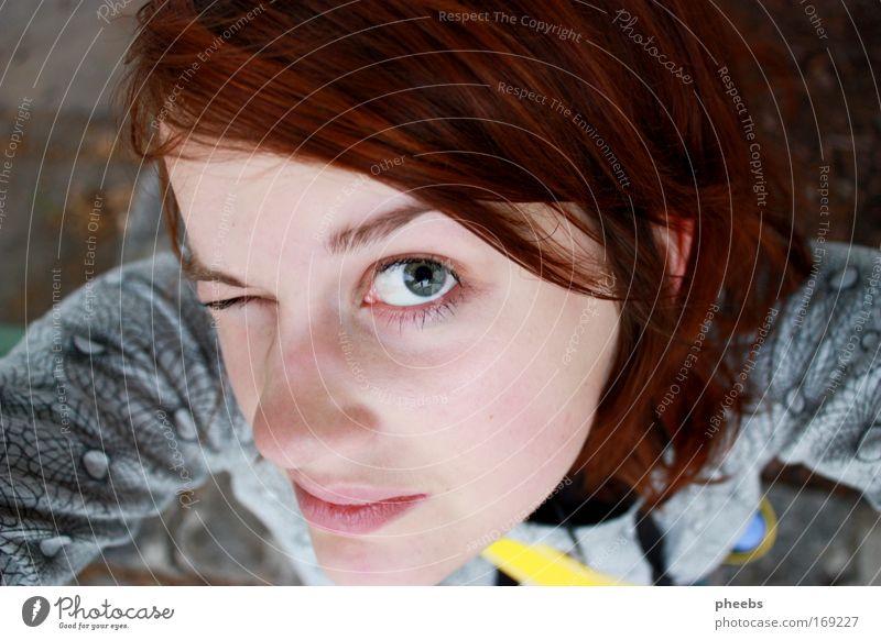 vogelperspektive Frau Gesicht Porträt Perspektive oben Vogelperspektive Auge Mund Lippen Blick Haare & Frisuren Stirn Frühling Sommer Außenaufnahme