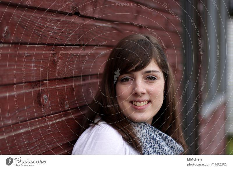 Eva Junge Frau Jugendliche 1 Mensch 18-30 Jahre Erwachsene Mauer Wand Fassade Schal Halstuch brünett Pony Lächeln lachen stehen schön natürlich rot Freude Glück