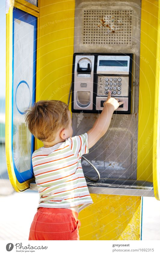 Mensch Kind Straße sprechen Junge klein blond Kindheit Europa retro Baby Telefon Handy hören Tradition bezahlen