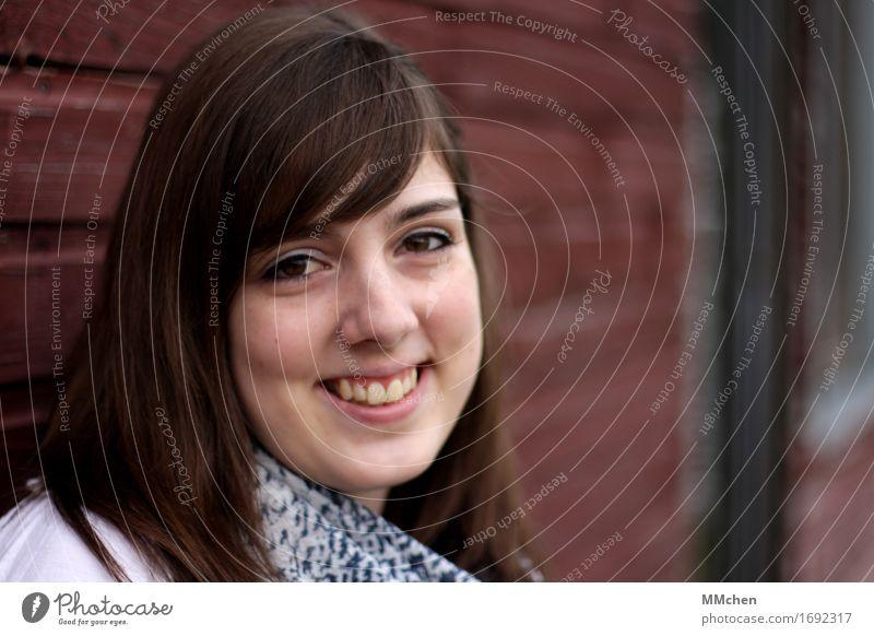The girl with the brown eyes feminin Junge Frau Jugendliche 1 Mensch 18-30 Jahre Erwachsene Mauer Wand Fassade Schal brünett Pony Lächeln lachen Blick