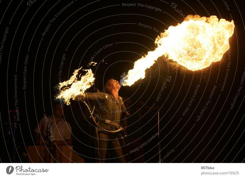 Die, die mit dem Feuer spielt heiß Show Frau Feuerspuckerin Flamme gefährliches Spiel