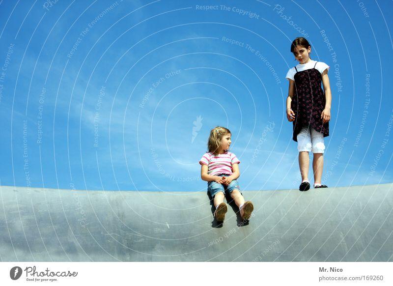 stand up Mensch Himmel Familie & Verwandtschaft Jugendliche Mädchen Kind Ferne oben Erde Zusammensein Zufriedenheit sitzen warten hoch stehen Planet