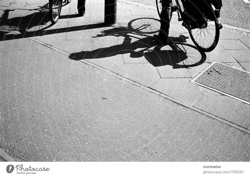 mono RAD Schwarzweißfoto Textfreiraum unten Morgen Ausflug Mensch 2 Erde Sonnenlicht Stadt Platz Straße Straßenkreuzung Verkehrszeichen Verkehrsschild Fahrrad