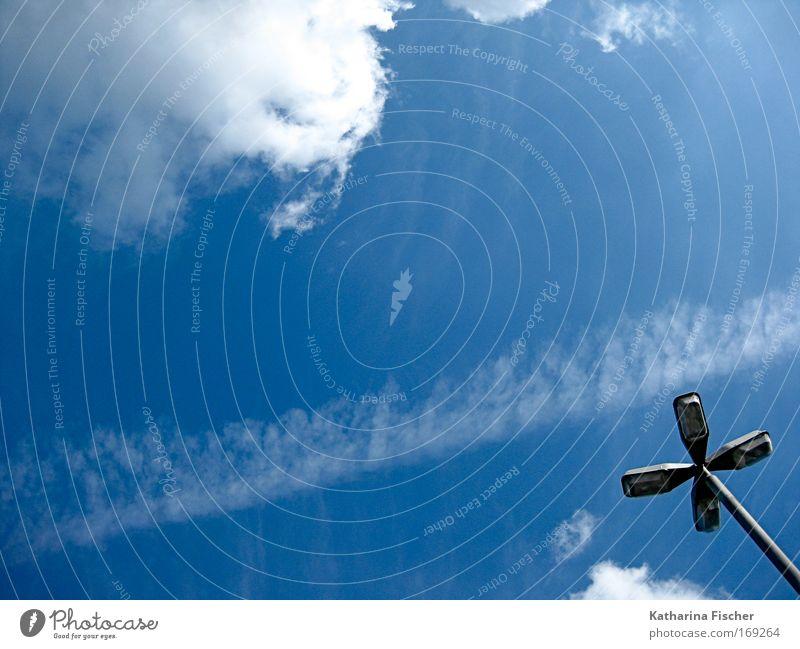 Propeller Himmel Wolken Sonnenlicht Sommer Schönes Wetter Straßenbeleuchtung Laterne Laternenpfahl blau weiß Kondensstreifen Farbfoto Außenaufnahme Menschenleer