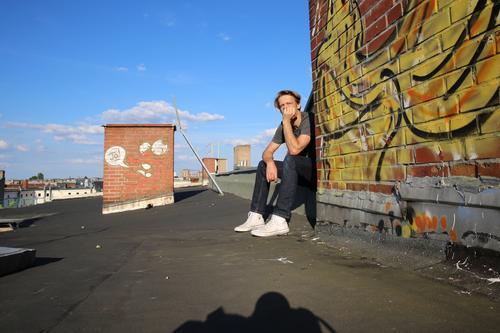 Ruhe in der Stadt Mensch Himmel Mann Wolken Haus Erwachsene Graffiti Berlin maskulin 45-60 Jahre Dach Hauptstadt Stadtzentrum Altstadt Schornstein